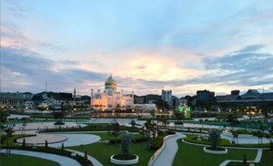 The Omar Ali Saifuddien Mosque is pictured in the centre of Bandar Seri Begawan, Brunei November 10, 2017. Picture taken November 10, 2017. REUTERS/Ahim Rani
